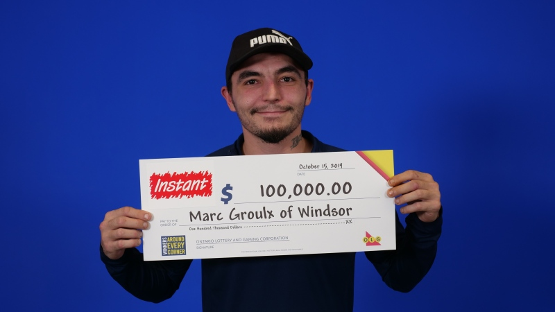 Marc Groulx picks up his winning cheque. (Courtesy OLG)
