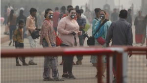 Wearing pollution masks at the India Gate amidst morning smog in New Delhi, India, on Nov. 4, 2019. (Manish Swarup / AP)