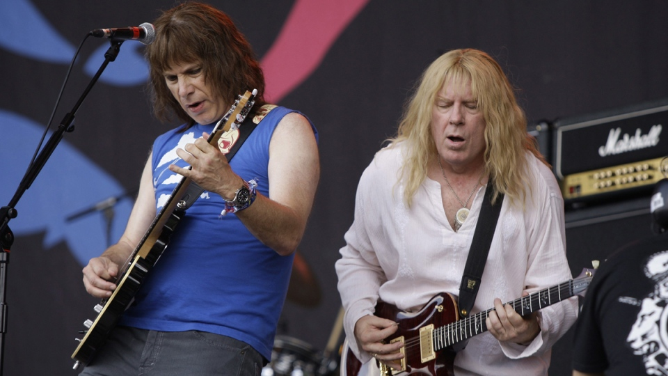 McKean and Guest perform as Spinal Tap