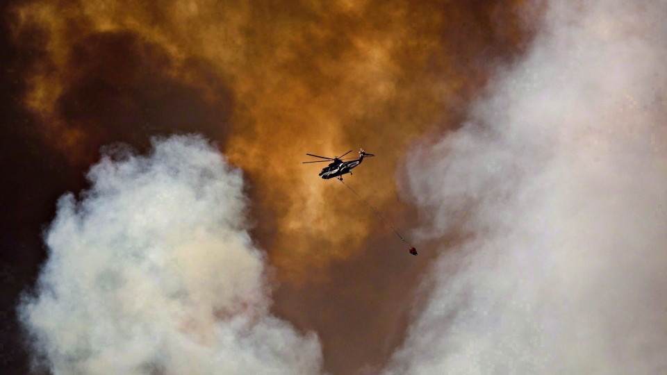 A helicopter battles a wildfire in Fort McMurray, Alta., on Wednesday May 4, 2016. (THE CANADIAN PRESS/Jason Franson)