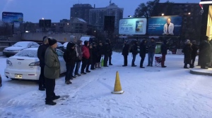 Dozens of people are waiting in line at Pneus Gordons to change their winter tires. (Credit: Elizabeth Zogalis/CJAD)
