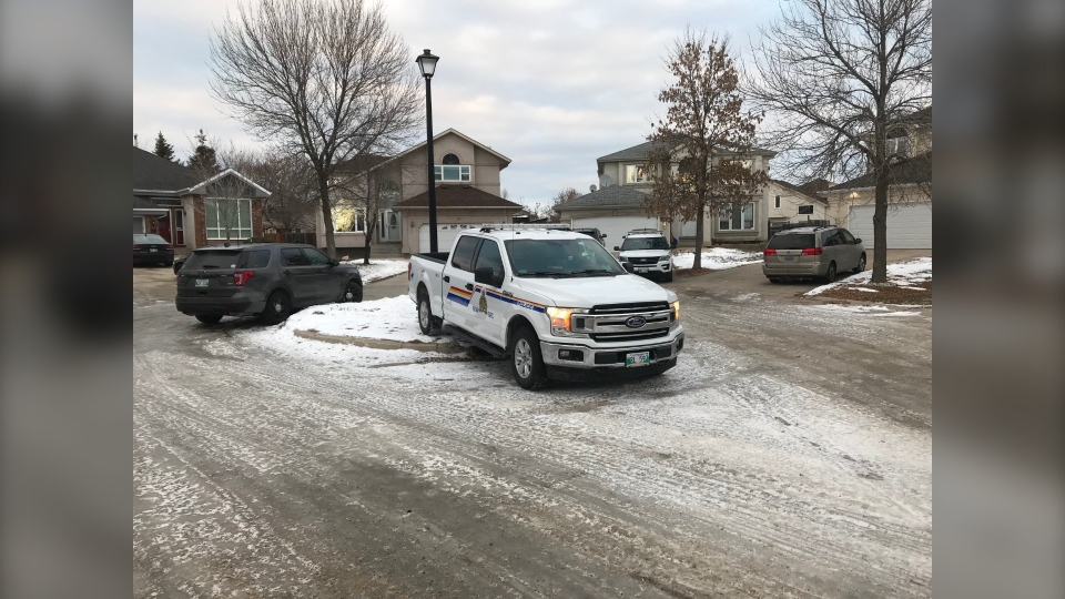 Police on scene of Bunton Court. (Source: Simon Stones/CTV News Winnipeg)