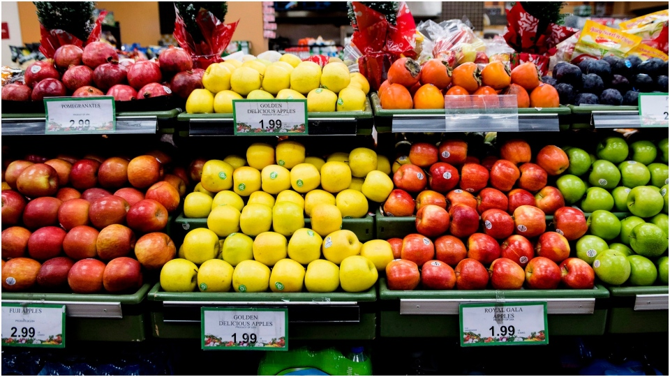 Apples displayed in a grocery store