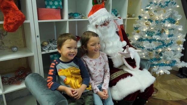 Signing Santa greets deaf, hard of hearing Calgary youth