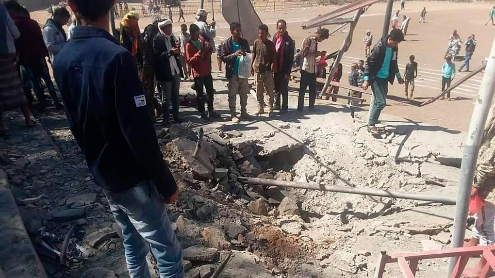 Blast hits military parade in Yemen, many injuries