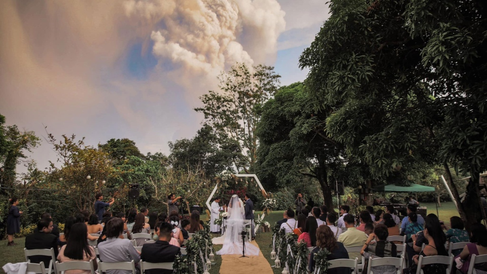 Chino and Kat Vaflor were tying the knot at a venue 10 miles from the Taal Volcano when wedding photographer Randolf Evan captured dramatic shots of the couple with the ash plume seemingly overhead. (Courtesy Randolf Evan Photography)