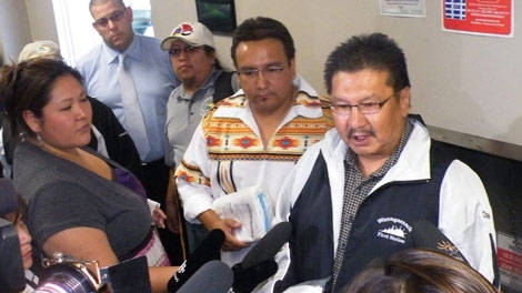Chief Jerry Knott, centre right, and Grand Chief Harper, centre left, hold body bags as they speaks to members of the media at Peremeter Airlines in Winnipeg, Wednesday Sept. 16, 2009. (Manitoba Keewatin Okimakanak-HO / THE CANADIAN PRESS)