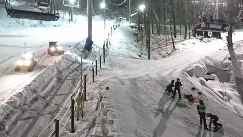 More than 200 skiers were stuck on a ski lift at the Bromont ski resort due to a mechanical failure. (Credit: Carl Beaulieu)