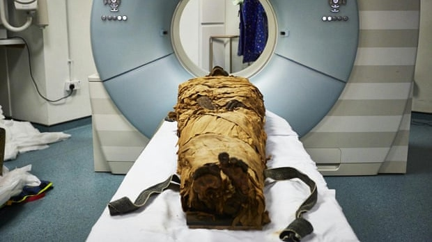The mummified body of Nesyamun laid on the couch to be CT scanned at Leeds General Infirmary. (Leeds Teaching Hospitals / Leeds Museums and Galleries.)