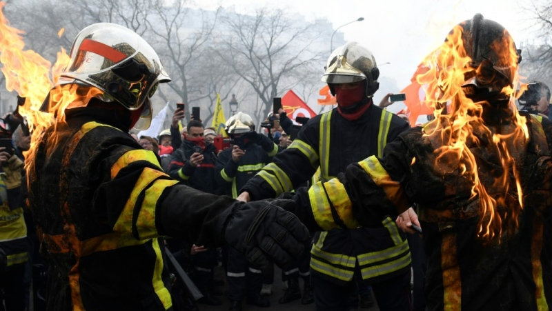 Some firefighters wearing special protective vests set fire to themselves. (AFP)