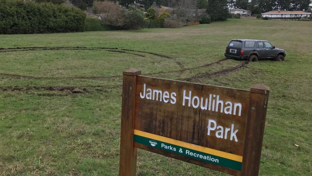 3 people in stolen vehicle trash Saanich park, attempt to flee