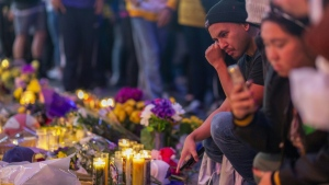 Fans visit a makeshift memorial to Kobe Bryant near Staples Center, where the Los Angeles Lakers will play their first game since the franchise legend's death when they host the Portland Trail Blazers on Jan. 31. (AFP)