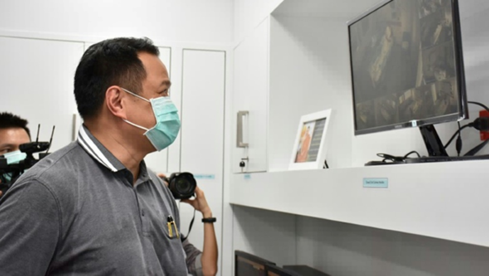 Health Minister Anutin Charnvirakul views closed circuit video images at Bamrasnaradura Infectious Disease Institute in Nonthaburi outside Bangkok where patients infected with the SARS-like virus are confined. (AFP)