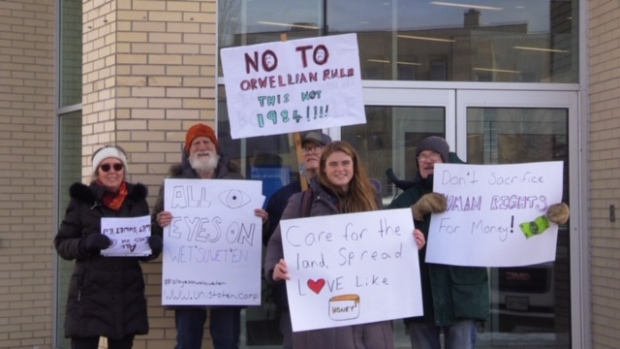 Protesters picket Goderich, Ont. banks in support of Wet'suwet'en