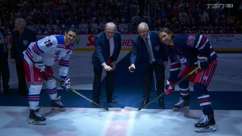 Randy Carlyle (centre right) and Thomas Steen (centre left) were inducted into Jets' Hall of Fame on Feb 11, 2020. (Source: TSN)
