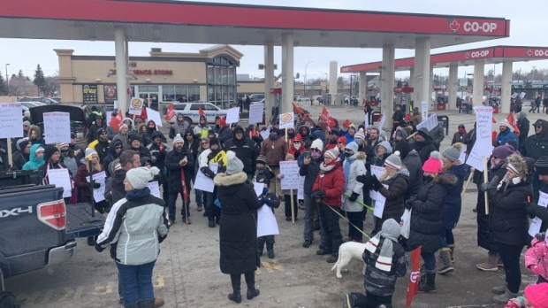 Co-op members, Unifor supporters, gather for protest at gas bar