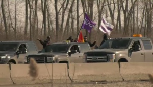 A slow-moving convoy of protesters from Kahnawake is halting traffic on the R-138, near the Honoré Mercier Bridge.