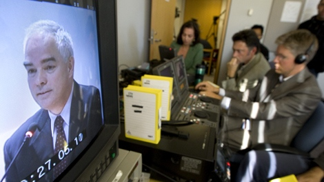 Reporters watch RCMP Chief Supt. Dick Bent give his testimony via a TV during the Braidwood Inquiry, in Vancouver, Tuesday, Sept. 22, 2009.  (Jonathan Hayward / THE CANADIAN PRESS)