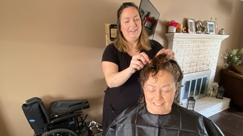 Amanda Cooke is getting her hair cut byt Isabelle Paquette, helping her in a time of need. Embrun, ON. March 16, 2020. (Tyler Fleming / CTV News Ottawa)