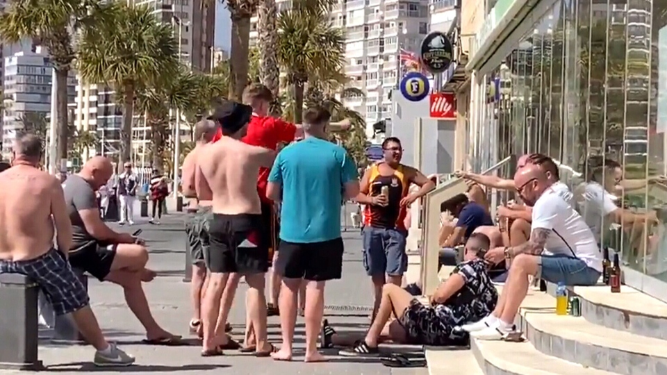 This footage shows a group of men singing on the corner by Benidorm's Cafe Roman in Benidorm, Spain, which was temporarily closed. (Source: IrenaInBenidorm via Storyful)