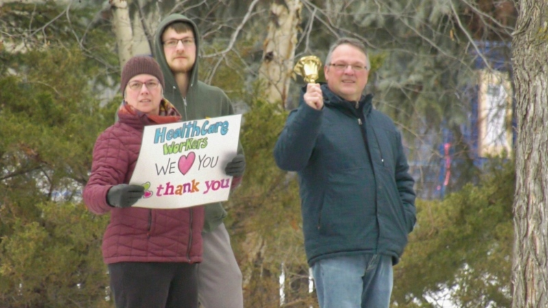 Crestwood residents came out on Sunday night to show support for medical professionals on the front line. (Sean Amato/CTV News Edmonton)