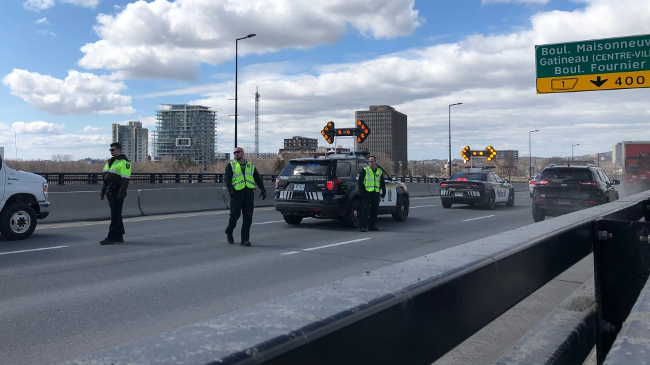 Quebec Police set up a checkpoint to limit non-essential travel between Ottawa and Gatineau amid the COVID-19 pandemic. (Christina Succi/CTV News Ottawa)