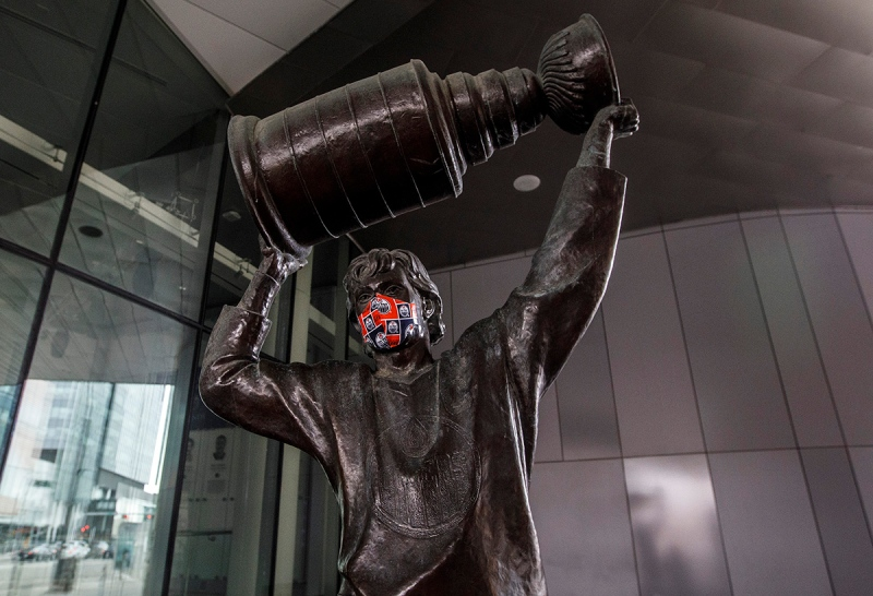 The Wayne Gretzky statue outside Rogers place sports a mask during the COVID-19 pandemic, in Edmonton, Thursday, March 26, 2020. THE CANADIAN PRESS/Jason Franson
