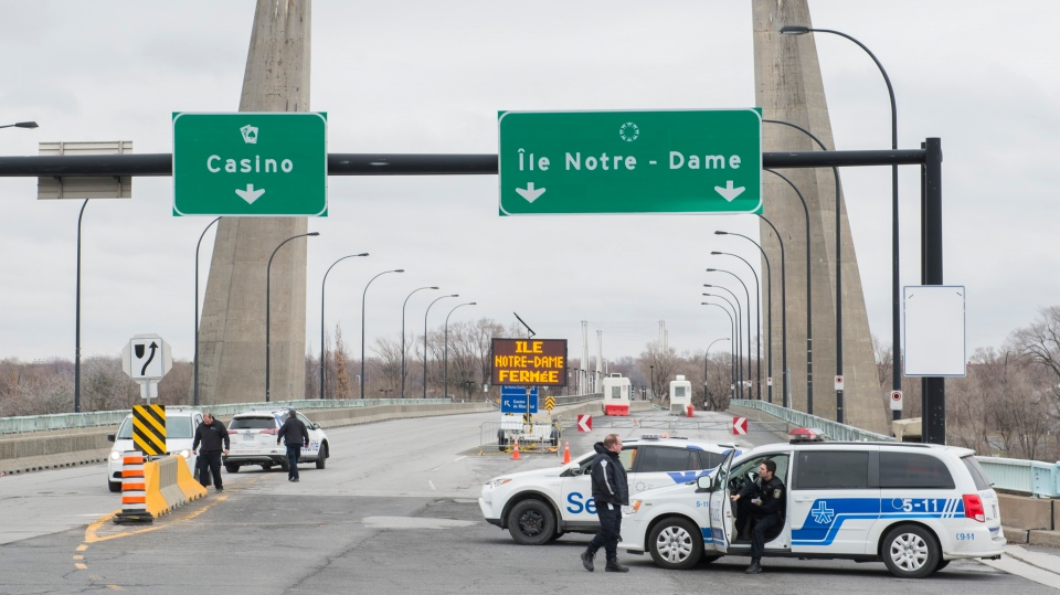 Police and security block access to Ile Notre-Dame