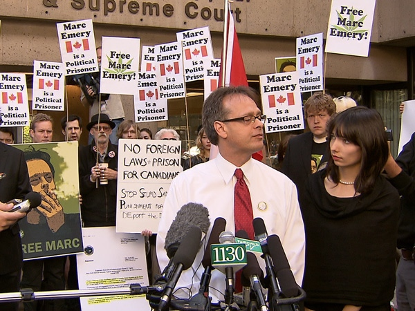 Marc Emery addresses supporters in front of the B.C. Supreme Court with his wife Jodie on the day of his extradition hearing. September 28, 2009. (CTV)