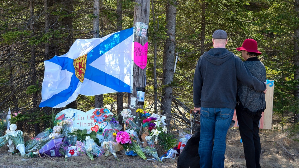 A couple pays their respects at a roadblock in Portapique, N.S. on April 22, 2020.  (Andrew Vaughan / THE CANADIAN PRESS)