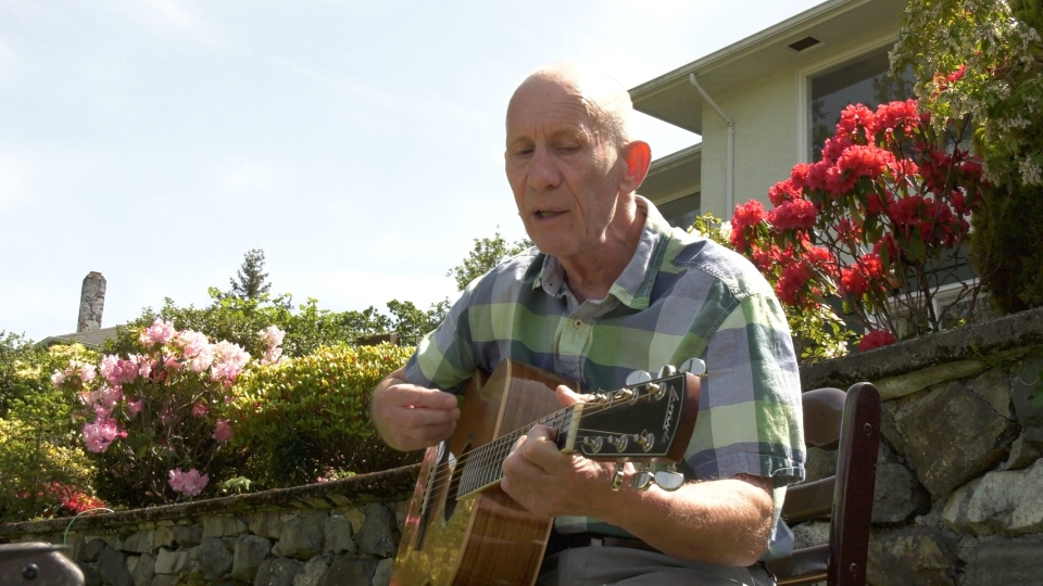 Jeff Stevenson, a performer for 50 years who suddenly found himself without gigs, has been performing impromptu concerts on Victoria's Gorge Waterway. (CTV News)