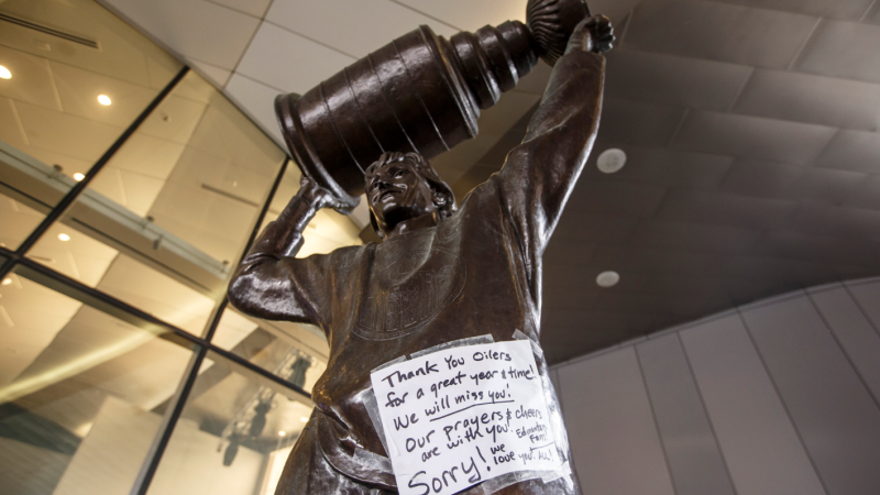 A note thanking the Edmonton Oilers is seen on the Wayne Gretzky statue outside Rogers Place in Edmonton, Alta., on Thursday March 12, 2020. THE CANADIAN PRESS/Jason Franson