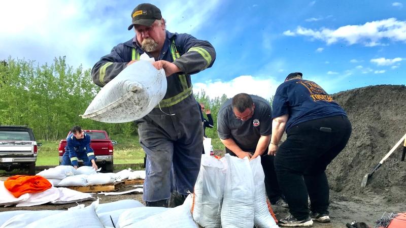 Alberta Beach residents filling sandbags. May 27, 2020. (Sean Amato/CTV News Edmonton)