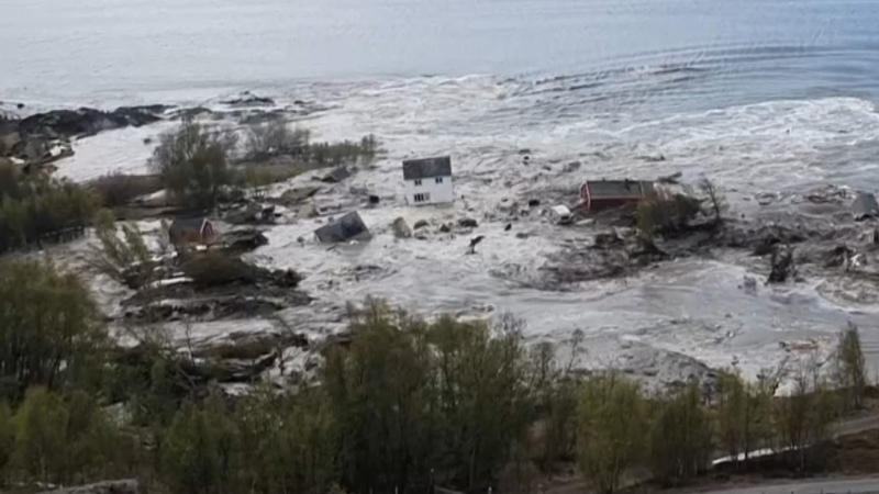 A landslide that swept eight houses was caught on camera by a Norway resident in Alta, a small northern village.