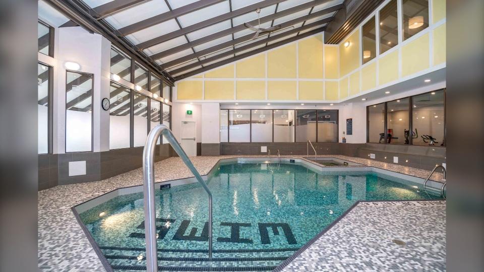 Sandman Hotel Calgary pool