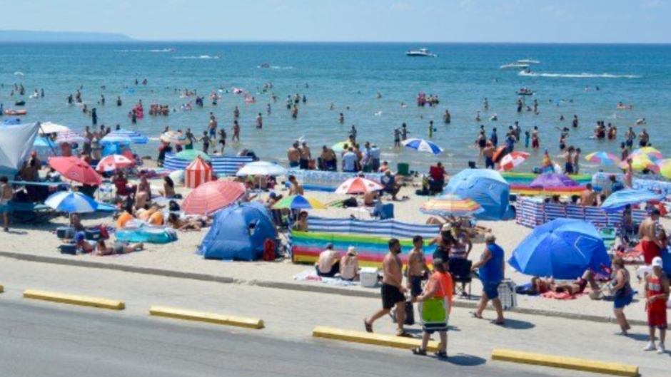 This image, posted to Twitter, appears to show the crowds at Wasaga Beach on Canada Day. (Twitter / @TheWriterMAB)
