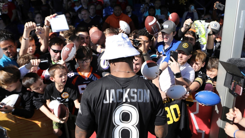 Lamar Jackson of the Baltimore Ravens signs autographs for fans in Kissimmee, Fla., on Jan. 25, 2020 (Gregory Payan / AP)