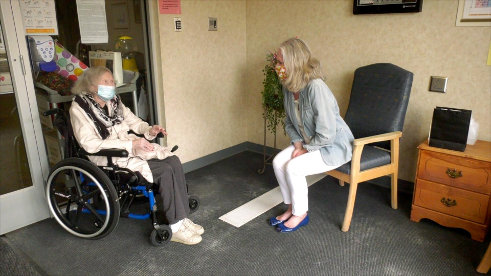 Muriel McInnes visiting her daughter Alison at Chinook Care Centre. (Courtesy Alison McInnes)