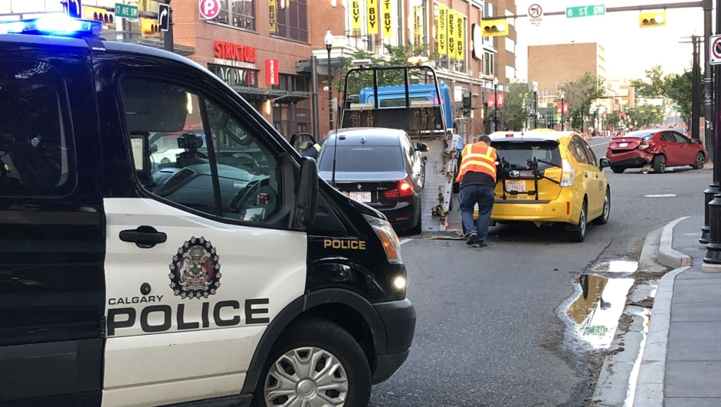 calgary, calgary police, crash, 17 avenue