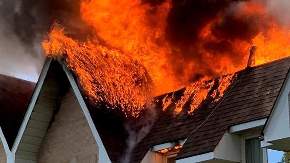 A fire in Richmond Hill, Ont. on July 26, 2020 is seen. (Twitter / @sandorzs)