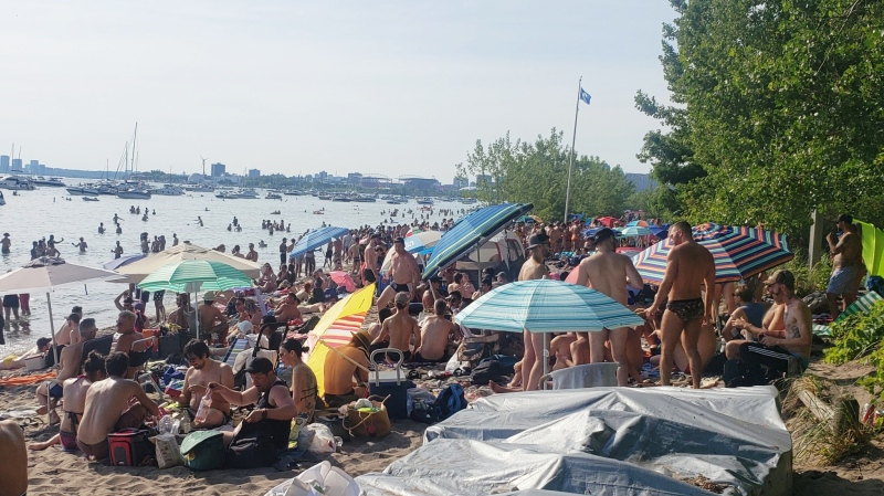 Photos on twitter show crowds at Hanlan's Point Beach in Toronto on Saturday, July 24, 2020. (Solojetset/Twitter)