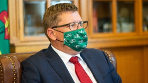 Premier Scott Moe wears a Saskatchewan Roughriders mask. (Twitter/Scott Moe)