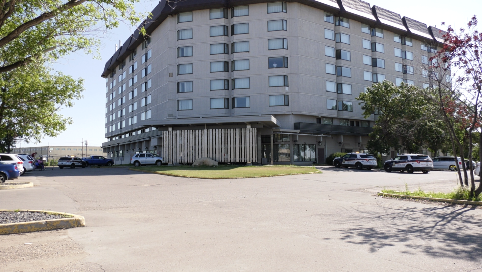 Saskatoon police investigate a reported homicide at the Saskatoon Inn on August 1 (Chad Leroux/CTV Saskatoon)