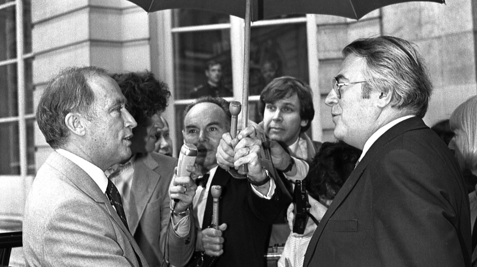 Broadcast News reporter Peter Ray (back centre, right) covers a meeting with Prime Minister Pierre Trudeau and French Prime Minister Pierre Mauroy during an official visit in Paris in 1981. THE CANADIAN PRESS/Paul Chiasson