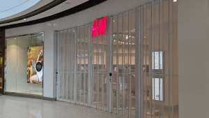 The H&M store at the Rideau Centre closed temporarily for a deep cleaning Aug. 7, 2020, after reporting a positive case of COVID-19. (Corey Price / Newstalk 580 CFRA)