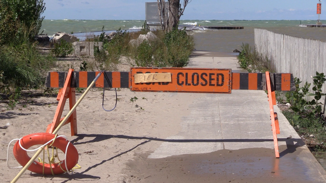 A sign indicates the closure of the pier in Kincardine, Ont. amid high waves on Friday, Sept. 4, 2020. (Scott Miller / CTV News)