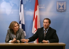 Foreign Affairs Minister Peter MacKay touches Israeli Foreign Minister Tzipi Livni as he answers a question at the Foreign Ministry in Jerusalem on Sunday, Jan.21, 2007. (AP / Sebastian Scheiner)