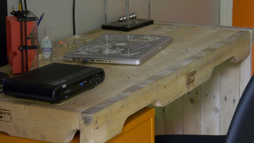 The desk Erick Cole built from old pallets. (Dave Charbonneau / CTV News Ottawa)