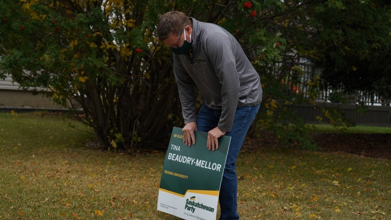 Scott Moe continued his day-one election campaigning by putting in lawn signs with Regina University candidate Tina Beaudry-Mellor. (Marc Smith / CTV News)