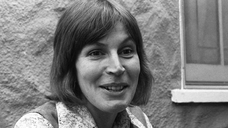 "In this Oct. 27, 1977, file photo, Helen Reddy, composer-singer of what has become a marching song for Women's lib, tells of mail she gets from housewives, who say the best-selling record -- ""I Am Woman"" -- bucks them up. (AP Photo/ilr, File)"